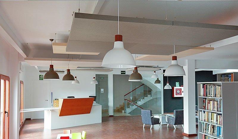 paneles acústicos fonoabsorbetes en sala multiusos