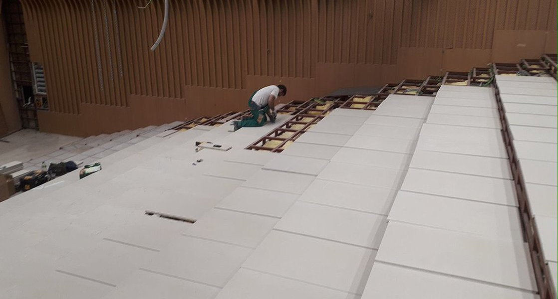 colocación suelo técnico en sala