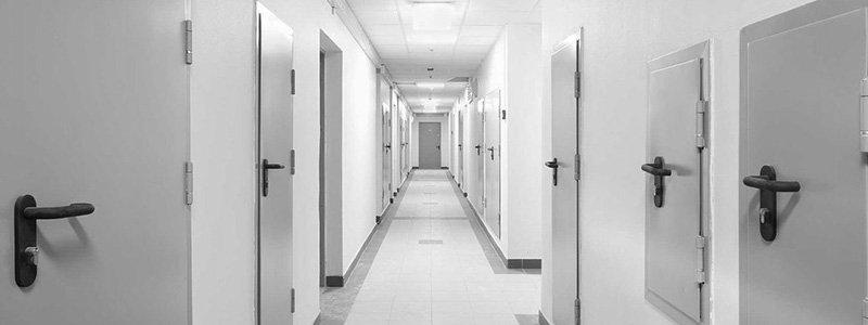 Puertas con funciones específicas: Seguridad contra incendios y aislamiento acústico