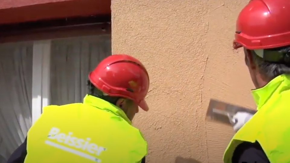 aplicación revestimiento en fachada SATE