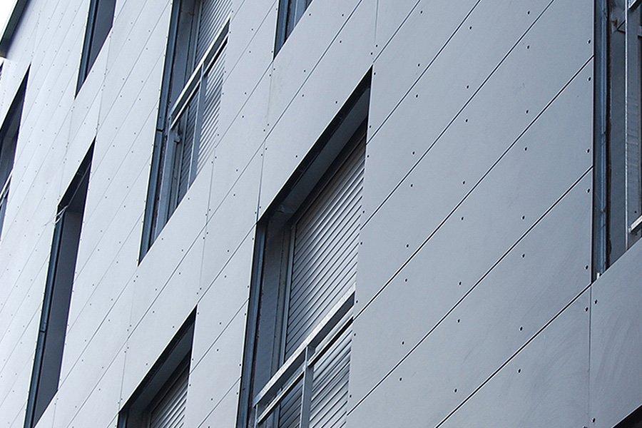 fachada con panel fenólico